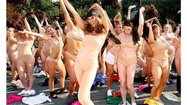 Sokak ortasında striptiz!